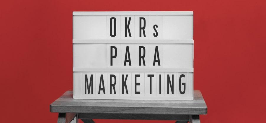 Placa escrito OKRs para Marketing
